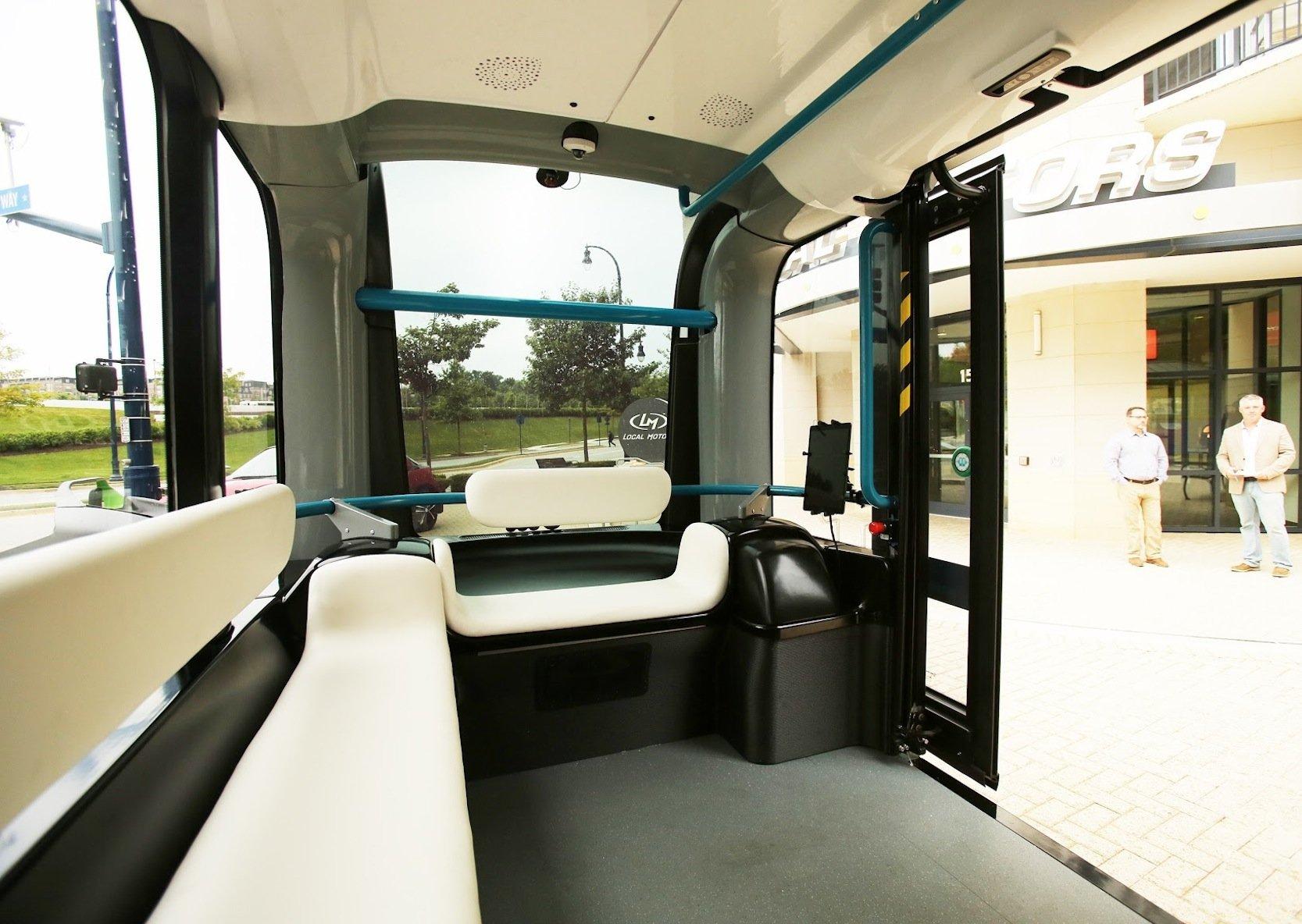 Auf knapp 4 m Länge bietet der Bus aus dem 3D-Drucker zwölf Fahrgästen Platz. Die Stehhöhe beträgt 1,95 m.