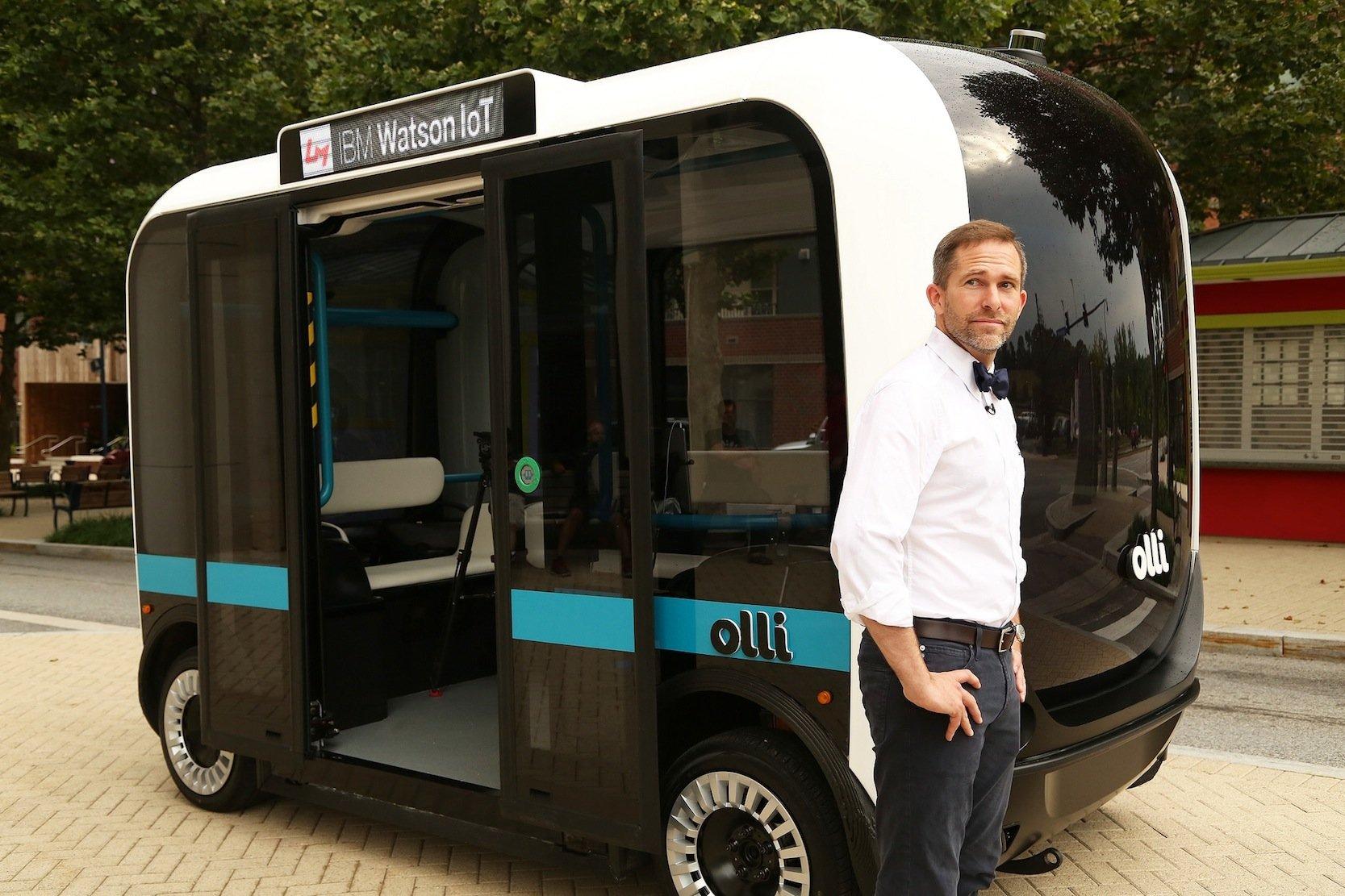 Local-Motors-ChefJay Rogers arbeitet mit IBM zusammen. Dank der Künstlichen Intelligenz des Super-Computers Watson kann der Kleinbus Olli auch Fragen und Wünsche der Fahrgäste verstehen.