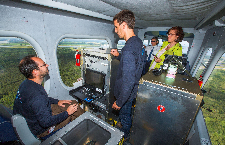 In der Gondel eines Zeppelin arbeiten der Leiter des Instituts für Küstenforschung am Helmholtz-Zentrum, Burkard Baschek (re.) und der biologische Ozeanograph Rüdiger Röttgers (li.) bei einem Messflug über der Ostsee. Die eingehenden Messungen gehören zu einer Expedition zur Erforschung von Meereswirbeln.