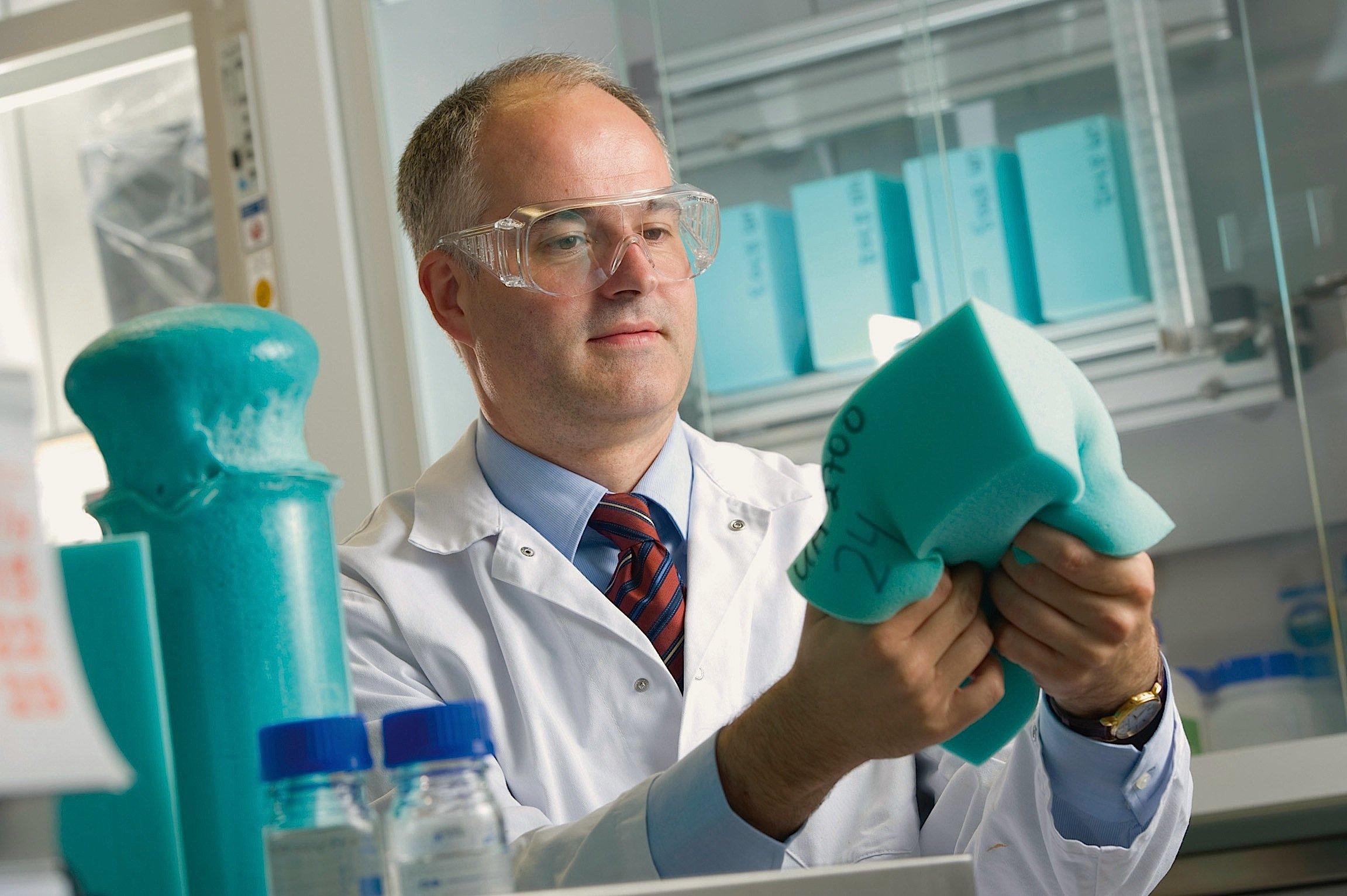 Dr. Karsten Malsch leitet beim Chemie-Unternehmen Covestro das Projekt zur Herstellung einer neuartigen Schaumstoff-Komponente mit CO2.