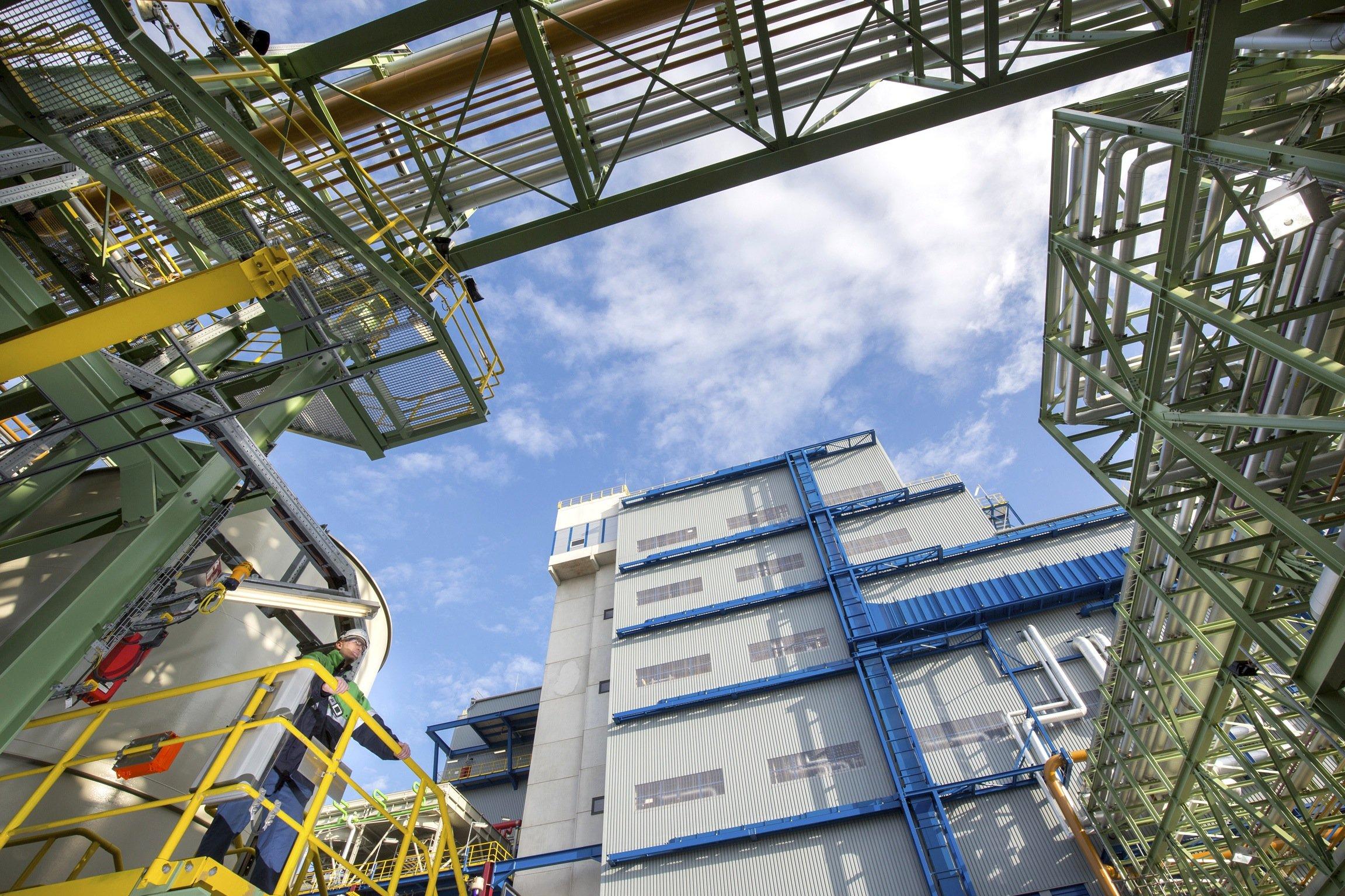 Blick auf die Produktionsstätte von Covestro in Dormagen, in der jetzt auch Schaumstoffe aus CO2 hergestellt werden.