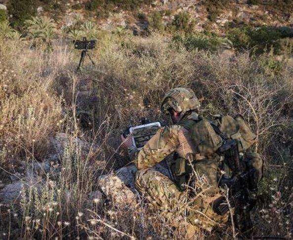 SupervisIR: Daskleine Radargerät meldet im Wald verborgene Gegner und verfolgt ihre Bewegungen.