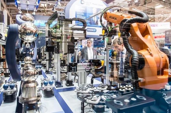 """Auf der """"Automatica"""" in München, der weltweit führenden Industrieschau rund um Roboter und Automation zeigen 800 Aussteller das Neueste zur Industrie 4.0, der vernetzten Fabrik. Die Messe läuft noch bis zum 24. Juni 2016."""