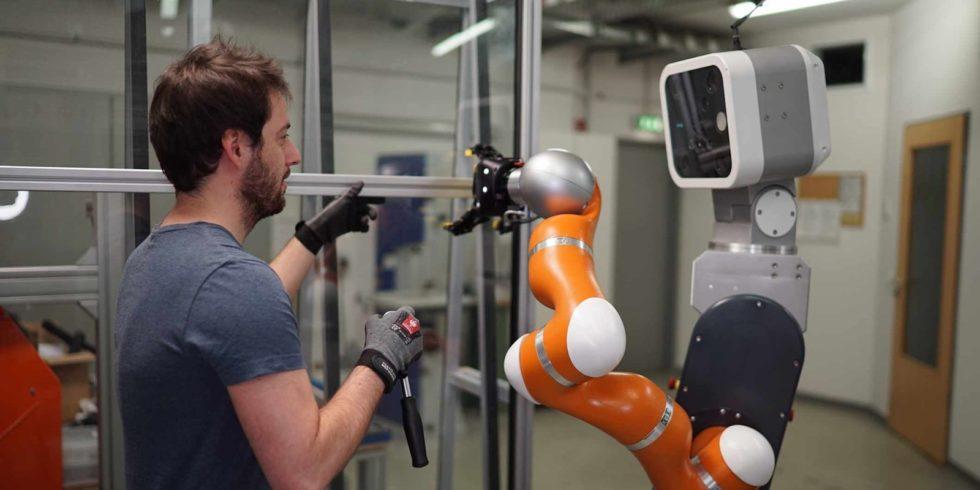 Mobile Assistenzroboter werden den Menschen künftig in vielen Bereichen der Produktion unmittelbar unterstützen. Das Fraunhofer IFF entwickelt Technologien, die die sichere Zusammenarbeit von Mensch und Maschine ermöglichen. Foto: Fraunhofer IFF