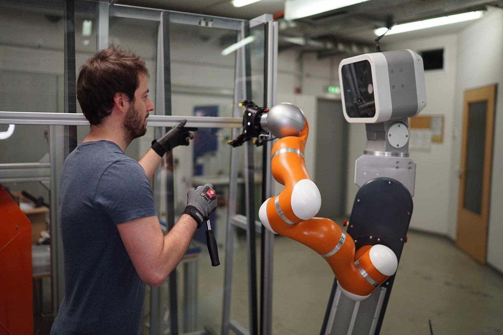 Mobile Assistenzroboter werden den Menschen künftig in vielen Bereichen der Produktion unmittelbar unterstützen. Das Fraunhofer IFF entwickelt Technologien, die die sichere Zusammenarbeit von Mensch und Maschine ermöglichen.