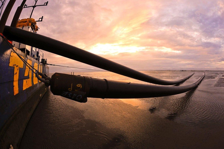 Verlegung eines Stromkabels in der Nordsee: Die Netzanbindung von Offshore-Windparks ist aufwendig und teuer.