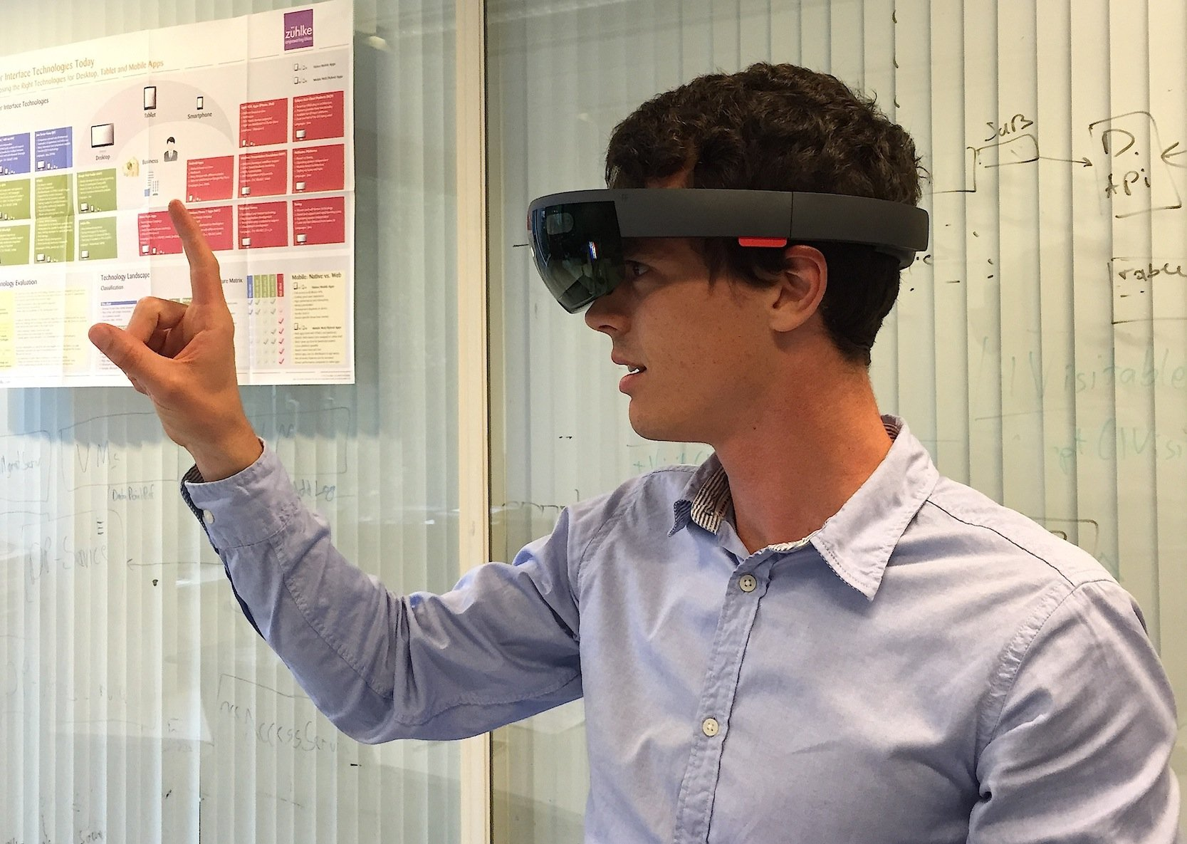 Industrie-4.0-Experte Moritz Gomm beim ersten Test mit der HoloLens von Microsoft.