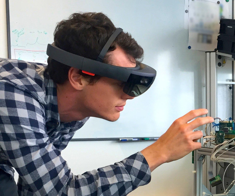 Zühlke-Ingenieur beim Test der neuen Datenbrille HoloLens: Zühlke will zahlreiche industrielle Anwendungen für den Computer in Brillenform entwickeln.