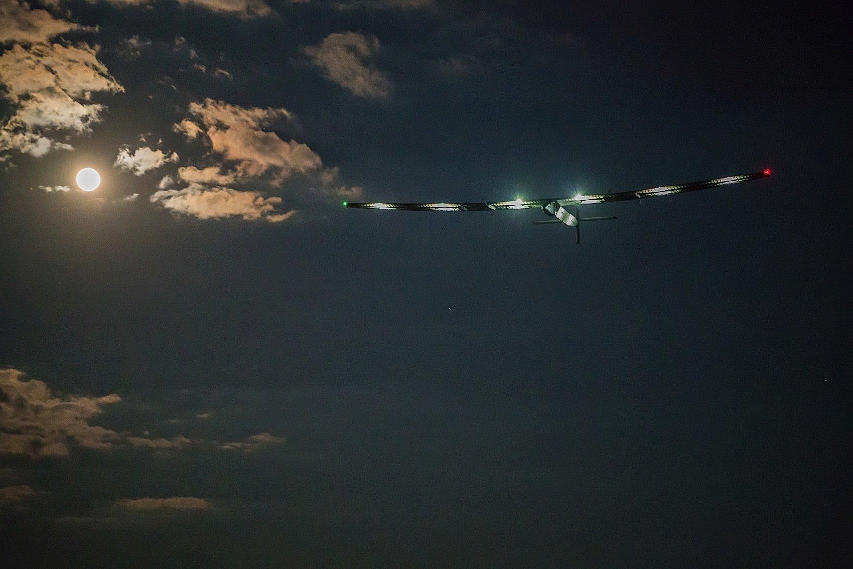Die Solar Impulse ist nach drei Tagen Flug in Sevilla gelandet. Es war die erste Überquerung des Atlantiks mit einem Solarflugzeug.