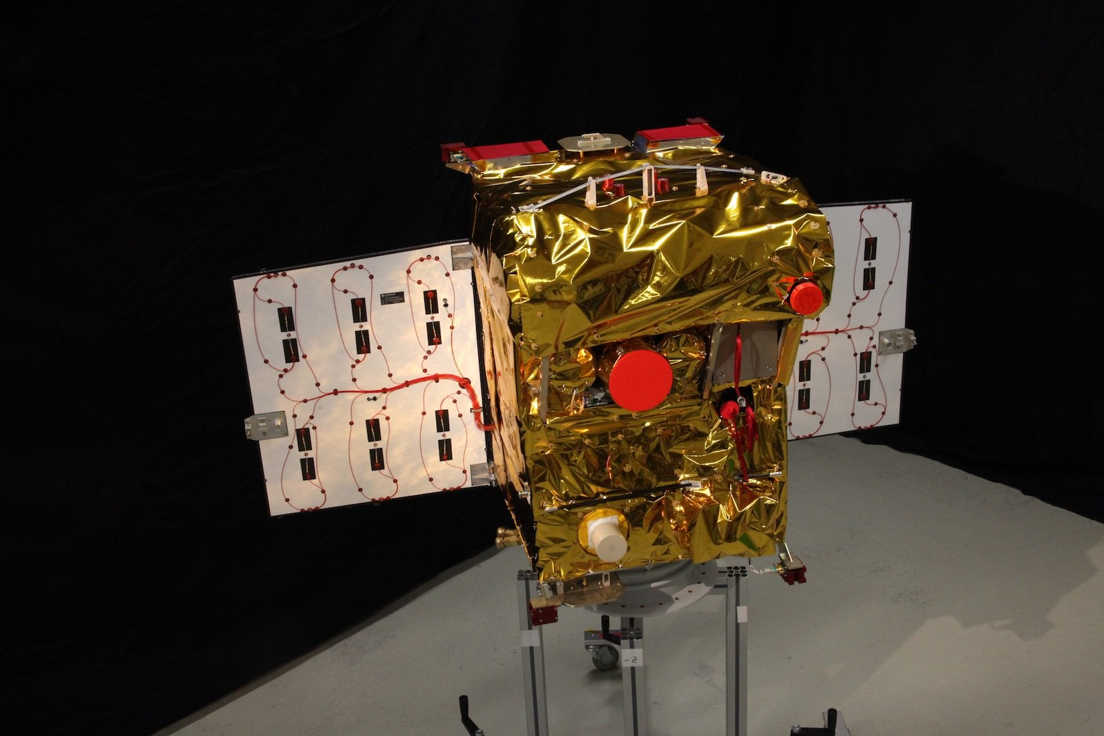 Der Kleinsatellit Biros hat ungefähr die Größe eines Kühlschranks und wiegt rund 130 kg. Er soll aus 500 km Höhe Ausschau nach Hochtemperaturereignissen auf der Erde halten.