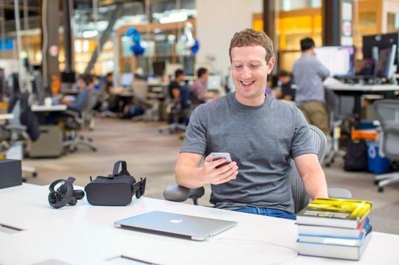 Facebook-Chef Mark Zuckerberg: Auch der Chef des größten sozialen Netzwerkes der Welt, der bei der Tochter WhatsApp gerade erst die Verschlüsselung eingeführt hat, muss sich überlegen, wie er auf die Entschlüsselungsversuche der Geheimdienste reagiert.