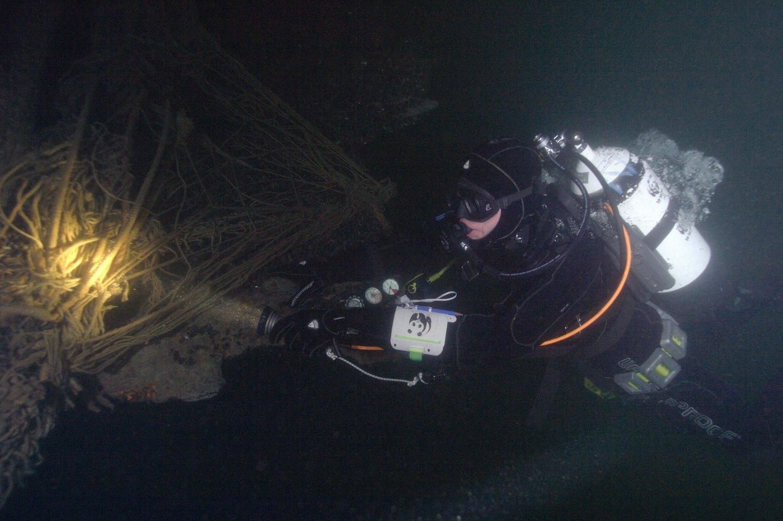 Taucher bei der Bergung eines Geisternetzes: Zukünftig soll eine Egge die Netze einsammeln, die ein Schiff hinter sich herzieht.
