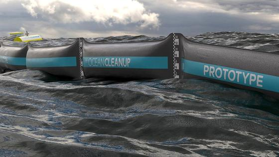"""Die neuartige Barriere """"Ocean Cleanup"""", die jetzt in der Nordsee installiert wurde, schwimmt im Meer, ist am Grund verankert und sammelt mit der Kraft der Meeresströmungen Plastikmüll ein."""