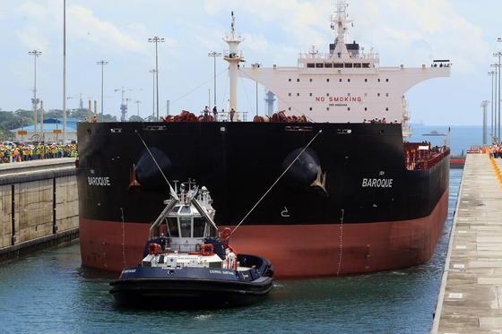 Dank der 420 m langen Schleusen können nun auch riesige Schiffe mit bis zu 14.000 Containern den Panamakanal nutzen.