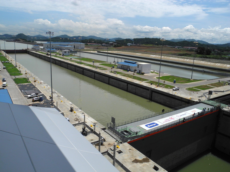 Die Schleusen arbeiten mit den größten Schiebetüren der Welt. Sie sind57 m lang, 10 m breit und zwischen 22 m und 33 m hoch.