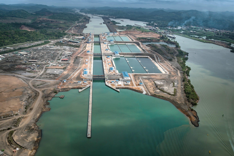 Neben den Schleusen befinden sich riesige Auffangbecken. Sie verhindern, dass pro Schleusgang 200 Millionen Liter Süßwasser ins Meer fließen. 60 % des Wasser lässt sich wiederverwenden.