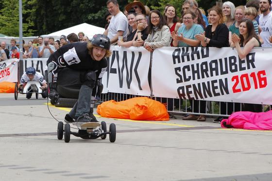 Stehend auf einem Skateboard mit Akkuschrauberantrieb balancierte Malte Wanitschke, Student an der Bauhaus-Universität Weimar.
