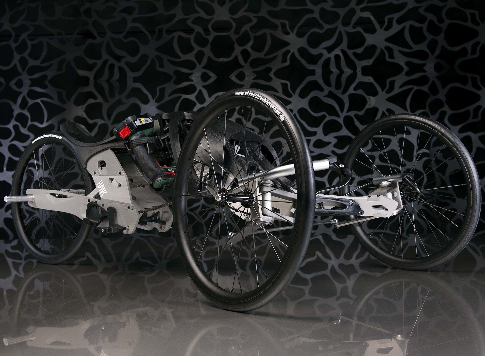 Das Rennfahrzeug derveranstaltenden Hochschule für angewandte Wissenschaft und Kunst: Deutlich zu erkennen ist der Akkuschrauber von Bosch, den alle Teams als Antrieb benutzen mussten.