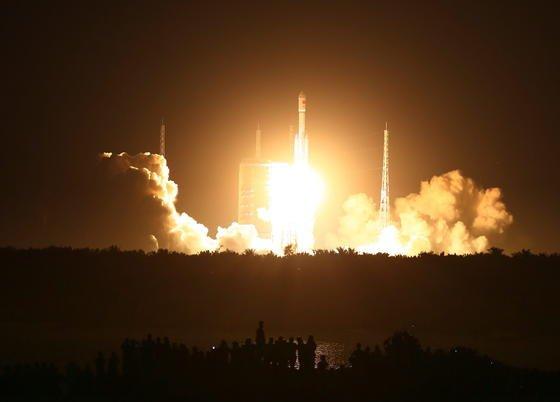 """Mit dem Start der neuen Rakete """"Langer Marsch 7"""" hat China seinen neuen Weltraumbahnhof auf der Insel Hainan eingeweiht. Von hier aus will China ab 2018 eine eigene Raumstation aufbauen."""
