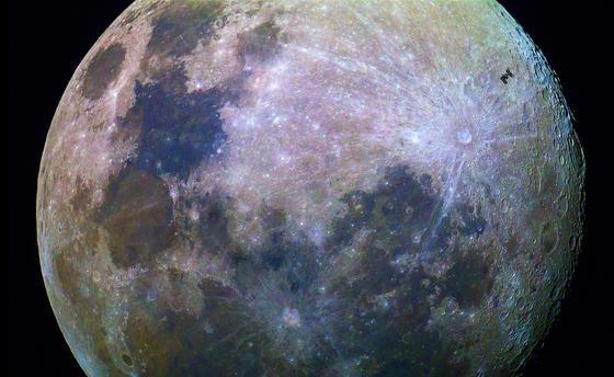 Ein fantastisches Mondbild des Amateurfotografen Dylan O'Donnell, aufgenommen am 30. Juni 2015 in Australien: Deutlich zu sehen ist rechts im Bild die Internationale Raumstation, die den Mond mit einer Geschwindigkeit von 28.800 km/h passiert. O'Donnell hatte für das Bild nur eine Drittel Sekunde Zeit, dann war die ISS bereits wieder im dunklen Bereich verschwunden. Die ESA plant offenbar eine Raumstation deutlich näher am Mond als die ISS.