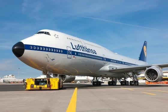 Retro-Jumbo der Deutschen Lufthansa: Am 15. Januar 2003 startete der erste Jumbo mit Internet an Bord. Jetzt rüstet die Lufthansa ihre Mittel- und Kurzstreckenjets mit Antennen aus, um Internet während des Fluges anbieten zu können.