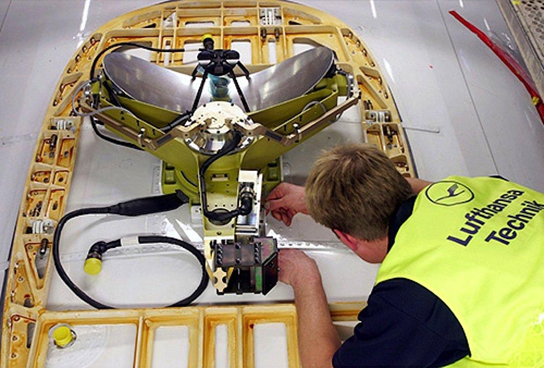Installation einer Antenne in einem Airbus zum Aufbau einer Internetverbindung während des Fluges.