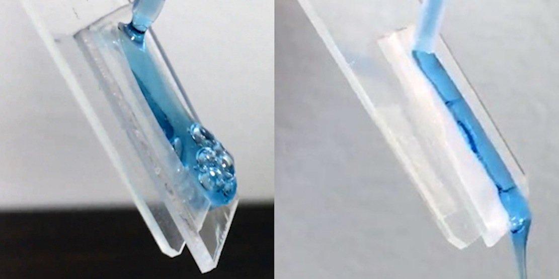Durch eine Mikrobeschichtung aus Glas kann Shampoo nicht an der Kunststoffoberfläche von Flaschen anhaften, wie links im Bild, sondern fließt zügig ab (rechts). Die Folge: Die Flaschen werden wirklich leer.