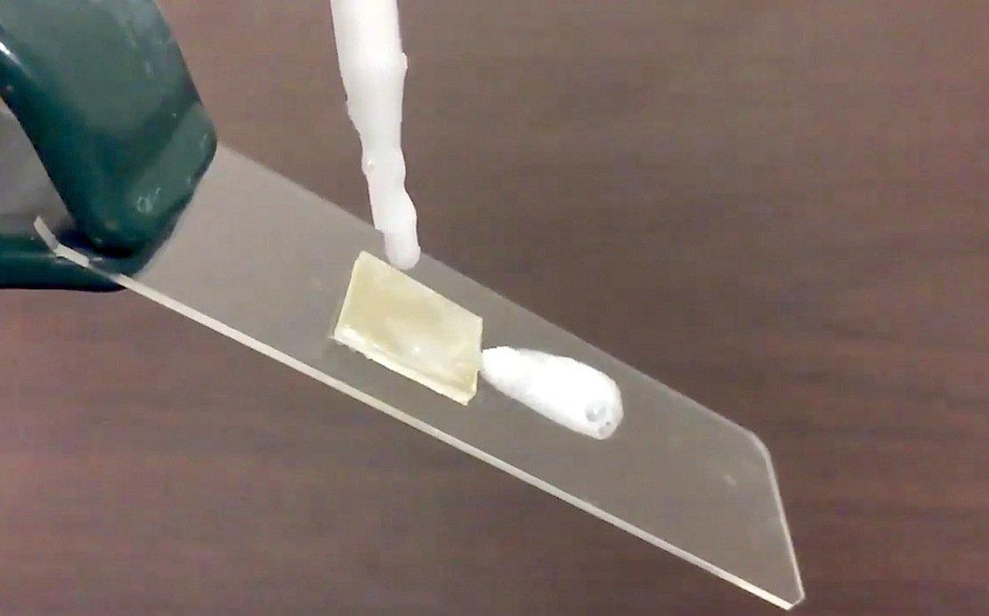 Die neuartige Beschichtung sorgt dafür, dass der Schaum einfach über die Kunststofffläche abrutscht.