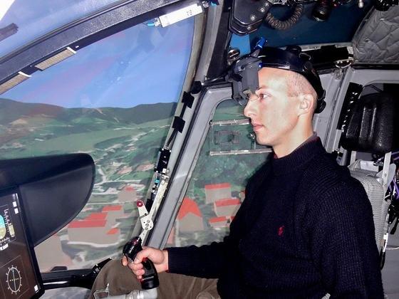 16 Profipiloten haben die Datenbrille im Flugsimulator getestet. Fazit: Bei schlechter Sicht flogen sie schneller und sicherer.