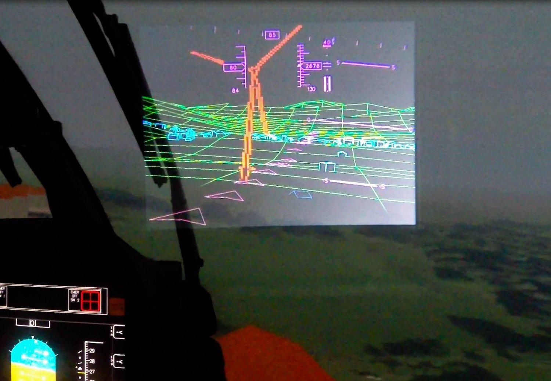 Blick durch die Datenbrille. Der Pilot sieht die Umrisse von Boden und Gebäuden. Zudem sind Flugdaten wie Höhe und Geschwindigkeit eingeblendet.