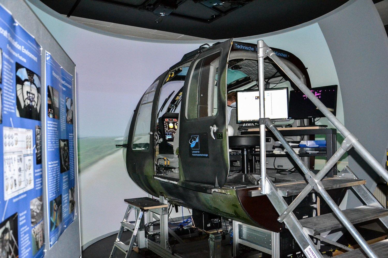 Test im Flugsimulator. Für den Probeeinsatz in echten Hubschraubern sind die Forscher auf Unterstützung aus der Industrie angewiesen. Sie habe schon großes Interesse signalisiert.