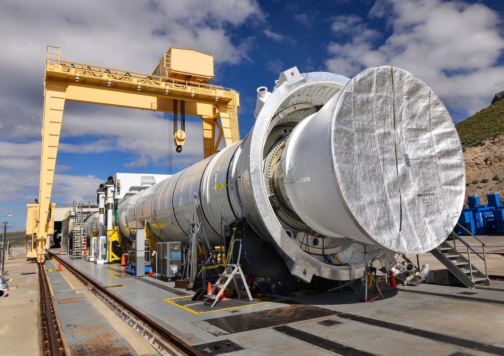 Vorbereitung des stärksten Raketentriebswerks der Welt auf seinen zweiten Test.