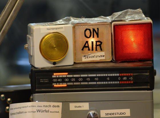 """""""On Air""""-Leuchte im Studio von Radio Dreyeckland in Freiburg: Das Digitalradio DAB+ hat immer noch verschwindende Marktanteile. In Österreich gibt es jetzt Überlegungen, reine UKW-Radios zu verbieten."""