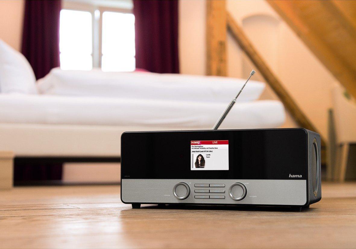 Digitalradios sehen mit ihrer Antenne aus wie gute alte Transistorradios. Doch dank der digitalen Übertragungstechnik können sie deutlich mehr Informationen über das Programm im Display anzeigen.