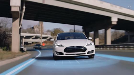 Der Tesla S verfügt über einen Autopilot, der automatisch die Spur wechselt. Er befindet sich allerdings im Beta-Stadium. Der Fahrer ist daher verpflichtet, die Hände am Lenkrad zu halten.