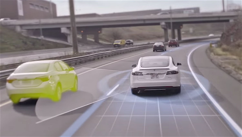 Eine Kamera erkennt Autos, die am Tesla S vorbeifahren. Normalerweise. Es könnte sein, dass sie die weiße Seite des Lkw nicht vom taghellen Himmel unterscheiden konnte.