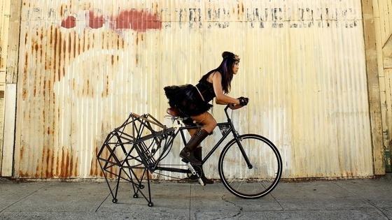 Es ist das ungewöhnlichste Fahrrad der Welt: Das Hinterrad des Strandbeest-Bikesist durch eine spinnenartige Mechanik ersetzt.