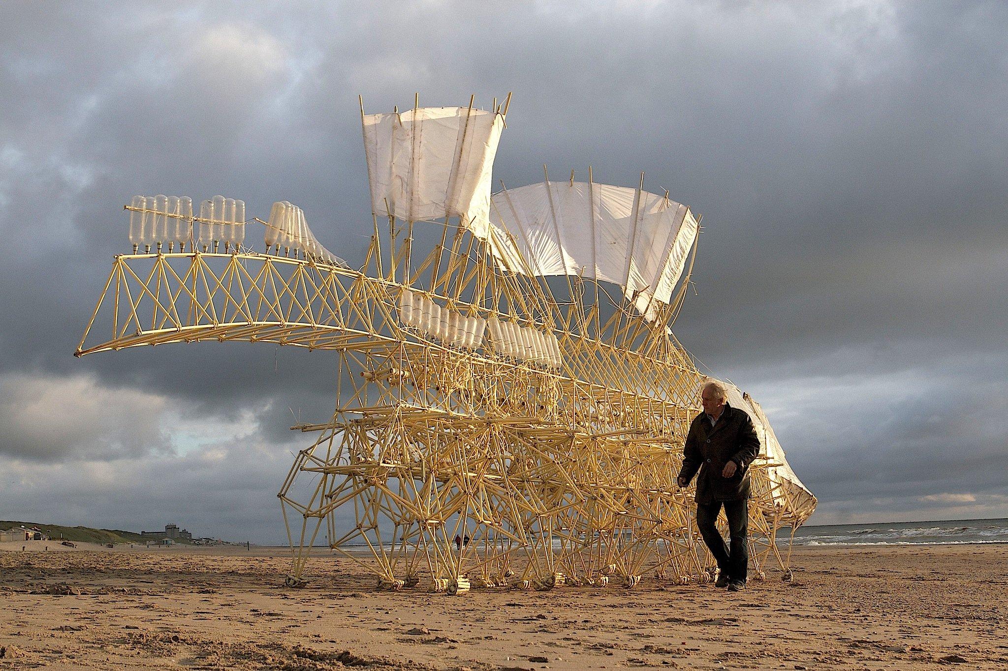 Dieses mechanische Meisterwerk des niederländischen Künstlers Theo Jansen bewegt sich durch die Kraft den Windes vorwärts. Diese Strandbeest-Technik stand Pate für das Strandbeest-Bike der Gruppe Carv.