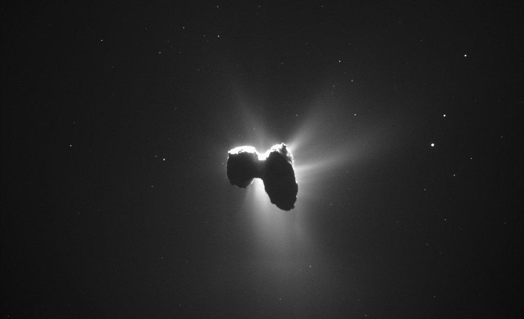 Auch ungewöhnliche Bilder hat Rosetta aufgenommen: Hier durchquert Tschuri am 27. März 2016 den Schein der Sonne.