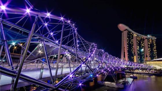 """Singapur, wie es blitzt und blinkt: Der Stadtstaat mit mehr als 700 Quadratkilometern Landfläche und knapp 5,5 Millionen Einwohnern bekommt einen digitalen Zwilling. Im Projekt """"Virtual Singapore"""" werden sämtliche Gebäude, die Infrastruktur und nahezu alle Lebensaspekte bis hin zu jedem einzelnen Baum visualisiert und dann als interaktive 3D-Reproduktion angezeigt."""