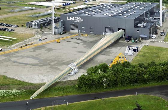 Das größte Rotorblatt der Welt ist gerade bei LM Wind Power in Dänemark fertiggestellt worden. Es ist 88,4 m lang und gehört zu einer 8-MW-Anlage. Der dazu gehörige Generator wird derzeit in Bremerhaven auf seine Leistungsfähigkeit getestet.