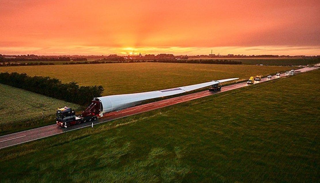 Mit einem Spezialtransporter wird das größte Rotorblatt der Welt zum Teststand gebracht.