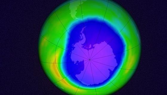 Computersimulation des antarktischen Ozonlochs am 22. Oktober 2015:Im September 2015 war es um mehr als vier Millionen Quadratkilometer kleiner als 15 Jahre zuvor. MIT-Wissenschaftler sind sicher, dass dies auf das Verbot von Fluorchlorkohlenwasserstoffen (FCKW) zurückzuführen ist.Wegen Vulkanausbrüchen vergrößerte es sich dann im Oktober wieder etwas. Langfristig ist aber zu erwarten, dass es sich sogar ganz schließt.