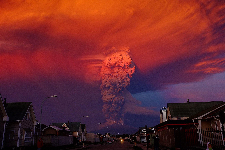 Nicht vom Menschen verursacht: Vulkanausbrüche wie die des chilenischen Calbuco im April 2015 sind schuld, wenn sich das Ozonloch wieder vergrößert.