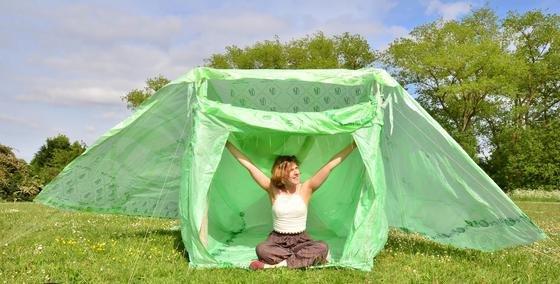 Dieses Zelt der britischen ArchitektinAmanda Campbell können Sie einfach auf den Kompost werfen. Die Stangen sind aus Pappe, die Zeltplane aus Biokunststoff. Alles zusammen zersetzt sich mit der Zeit.