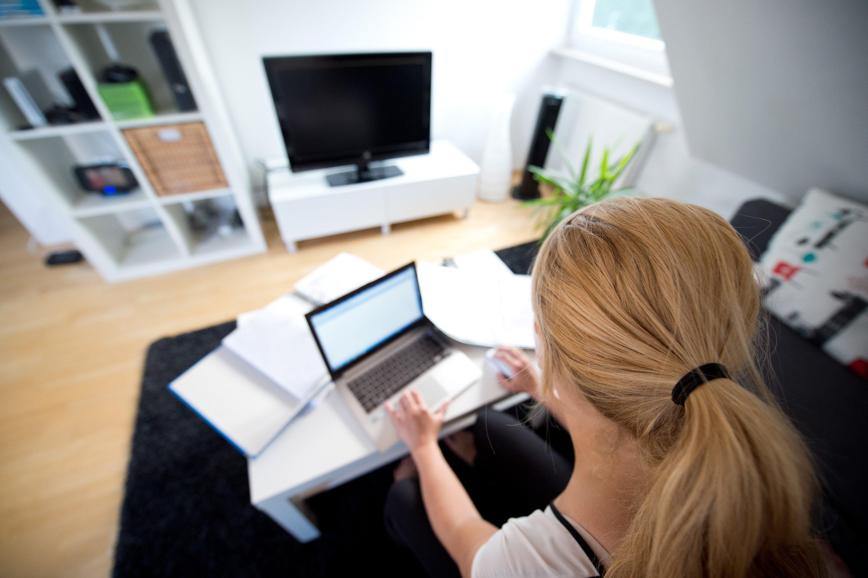 Wer zuhause arbeitet, sollte sich unbedingt eine Arbeitsatmosphäre schaffen und möglichst wenig ablenken lassen.