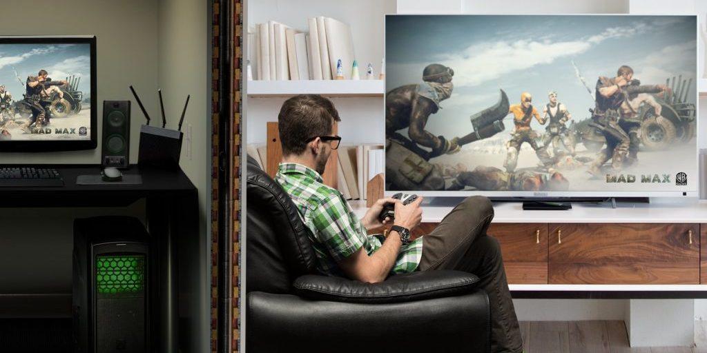 Mann zockt ein Computerspiel auf seinem TV