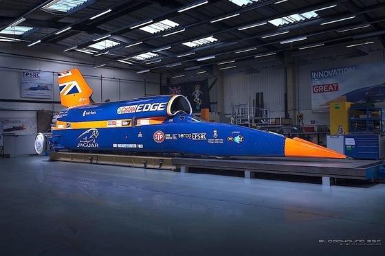 Dieses Raketenauto, der Bloodhound SSC, will einen neuen Geschwindigkeitsrekord aufstellen. Ziel: 1.609 km/h. Das sind 447 Meter pro Sekunde. Wer kann sich das vorstellen?
