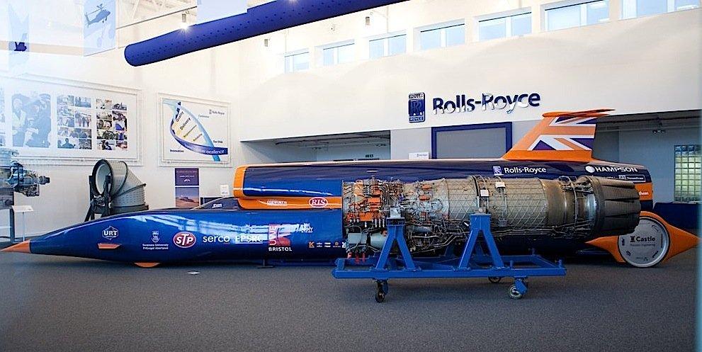 Bis 500 km/h wird das Auto von einem Jet-Triebwerk von Rolls-Royce angetrieben.