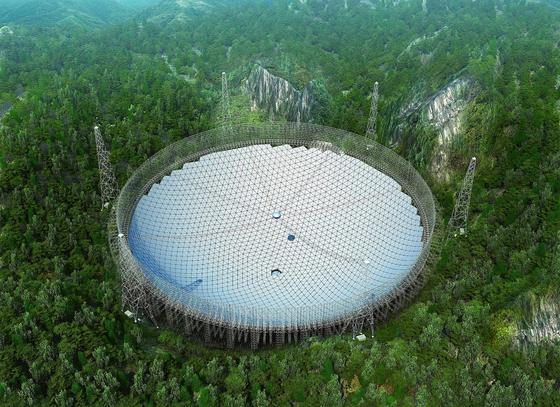 Das größte Radioteleskop der Welt in China ist fertig. Auf seinem Schild könnte man zweimal die Allianz Arena des FC Bayern München unterbringen.